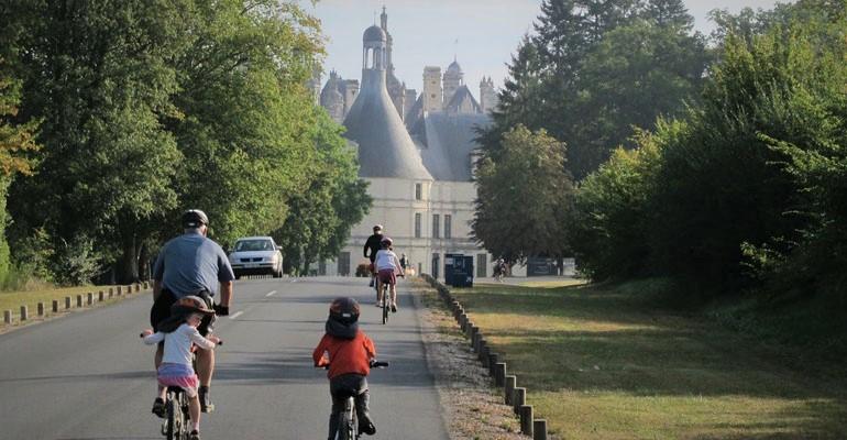 Famille à vélo arrivant au château de Chambord Abicyclette Voyages à vélo