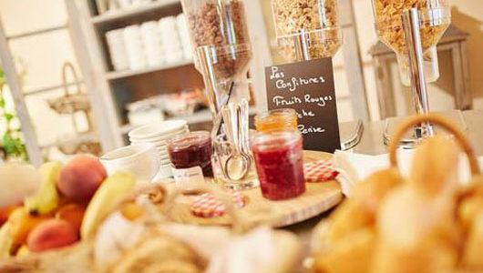 Zoom sur la table de petit-déjeuner de l'hôtel du Port Jacquet