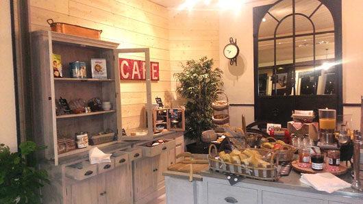 Salle de petit-déjeuner de l'hôtel du Port Jacquet Abicyclette Voyages à vélo