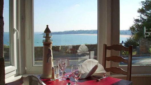 Vue sur le mer depuis salle de restaurant de l'hôtel port-jacquet Abicyclette Voyages à vélo