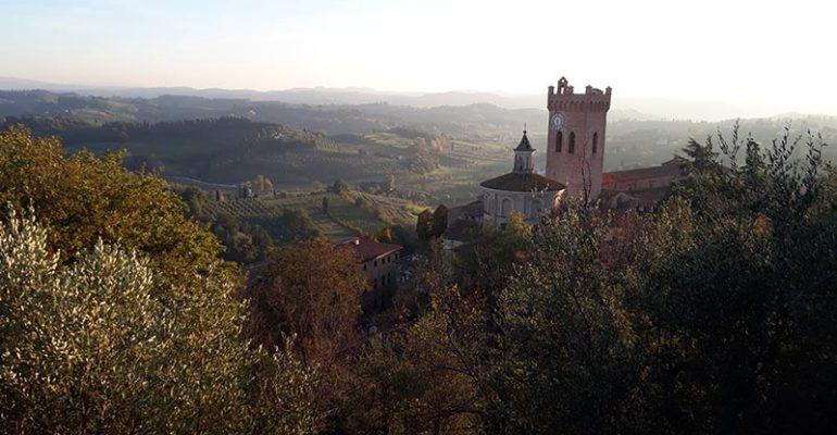 Vue du village de San Miniato en contrebas surplombant vallée de Toscane L'italie à vélo Abicyclette Voyages