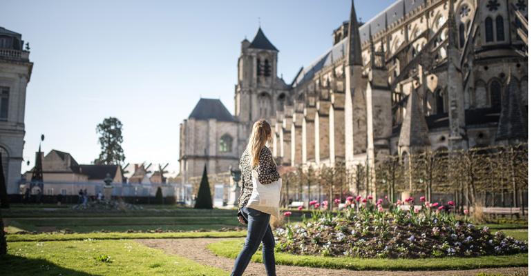 Bourges femme en promenade dans les jardins de la cathédrale séjour à vélo