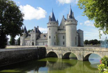 Vue du Château de Sully sur Loire avec pont et douves Vacances à vélo