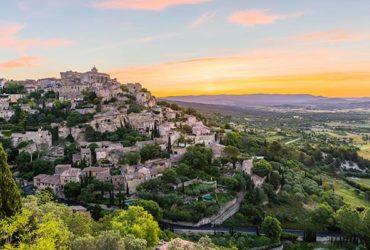 Vue d'une village perché sur une colline vacances à vélo en Provence