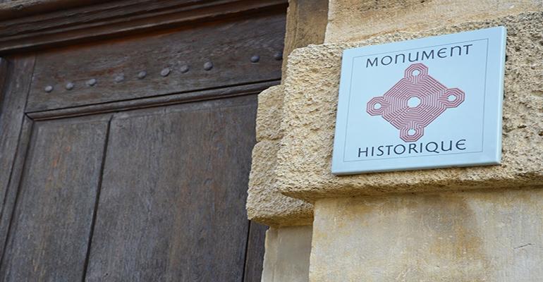 Panneau Monument historique sur bâtiment ancien Tourisme à vélo