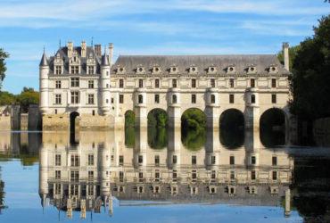Vue depuis le Cher du château de Chenonceau tourisme a velo