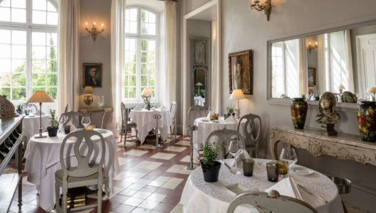 grande salle de restaurant Hôtel du château de Mazan halte vacances à vélo