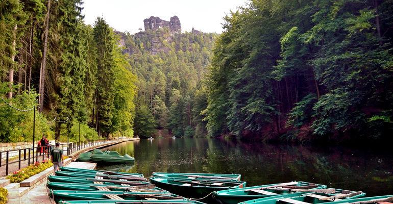 Canoe bord de l'eau, paysage et activités vacances à vélo