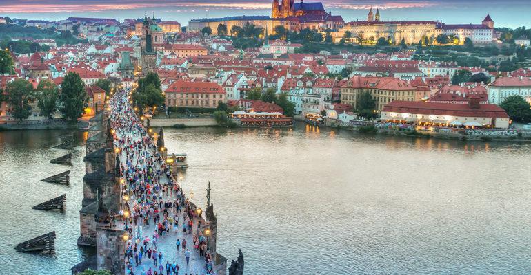 Prague et foule sur un pont destination vacances à vélo