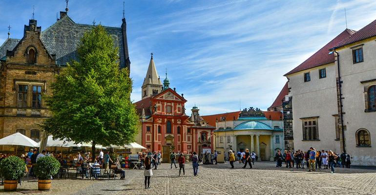 Place de Prague avec église et mounuments historiques tourisme vacances à vélo