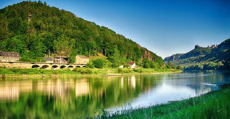 rivière reflet paysage vacances à vélo