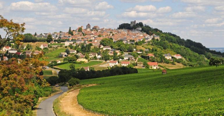 Vue du village de Sancerrebis depuis la campagne et les vignes