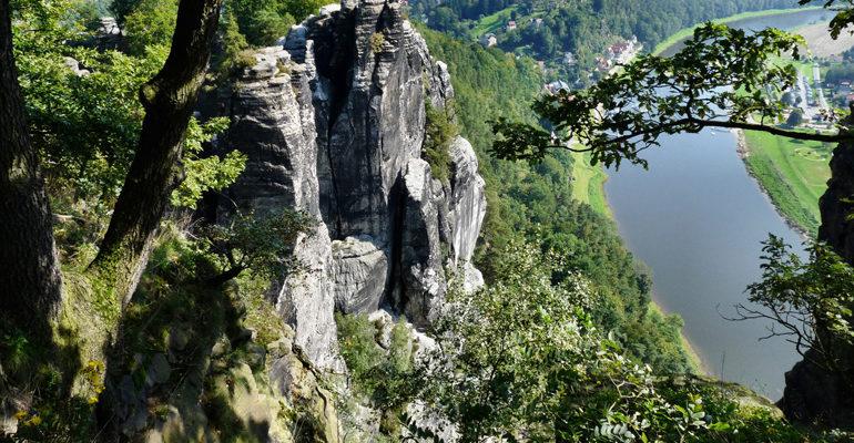 Suisse Saxon pic rocheux surplombant une rivière destination vacances à vélo