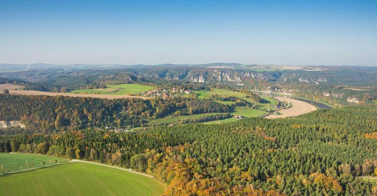 Elbe serpentant entre forêts et montagnes paysage vacances à vélo