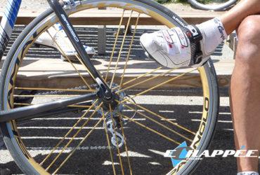 Arrière de vélo et jambes de cyclistes assis sur un banc, pause pendant vacances sportives à vélo
