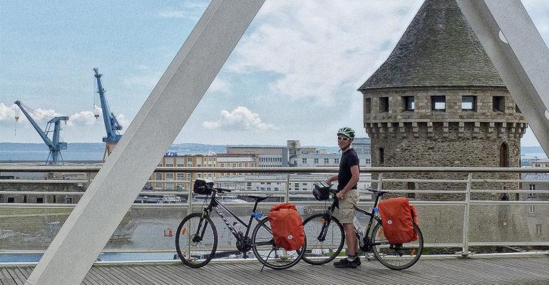 Cycliste pose devant le port de Brest, étape séjour à vélo