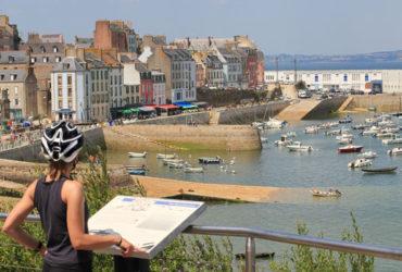 Cycliste devant le port Douarnenez étape séjour à vélo
