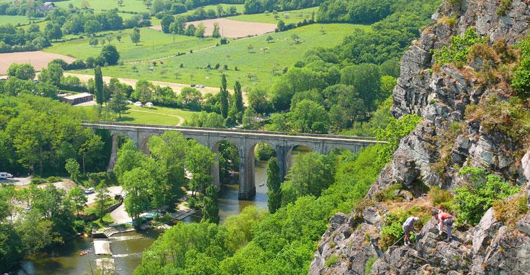 Clecy, Suisse Normande, viaduc sur itinéraire à vélo