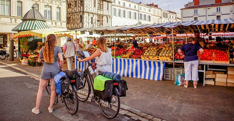 Balade sur le marché 2 cyclistes à pied
