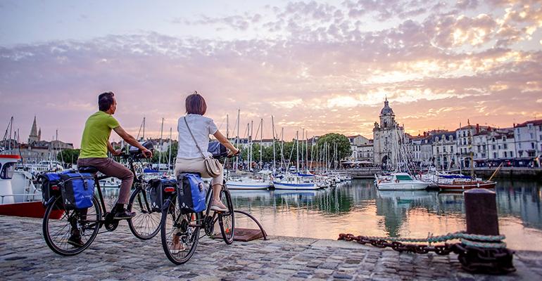 Sur le port à vélo au coucher du soleil