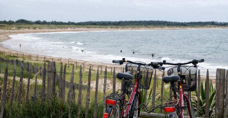 2 vélos devant une plage de l'ile d'oléron