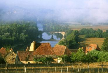 Paysage du perigord Hameau rivière et pont de pierre, étape séjour à vélo