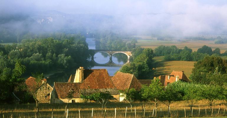 Paysage du perigord Hameau rivière et pont de pierre,