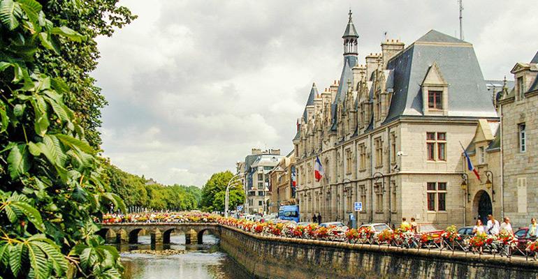 Hôtel de ville de Quimper le long d'une rivière étape séjour à vélo