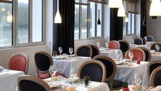 Salle de restaurant HOTEL 3 LIEUX, repas d'étape séjour à vélo