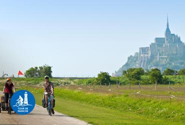 2 cyclistes avec le Mont Saint Michel en arrière-plan Tour de Manche itinéraire vélo