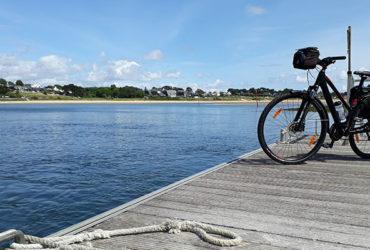 La Bretagne de port en port 5, un vélo attend son passeur, sur les bords de la Laïta