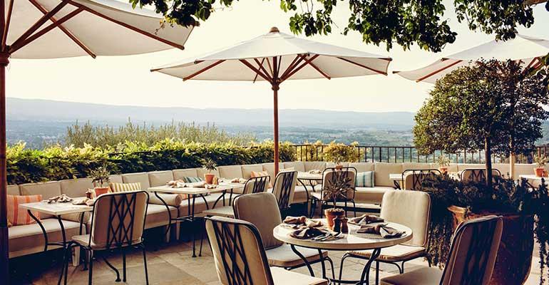Déjeuner en terrasse avec vue en Provence