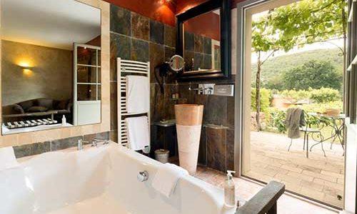 Salle de bain avec baignoire à l'Hôtel Spa le Saint Cirq
