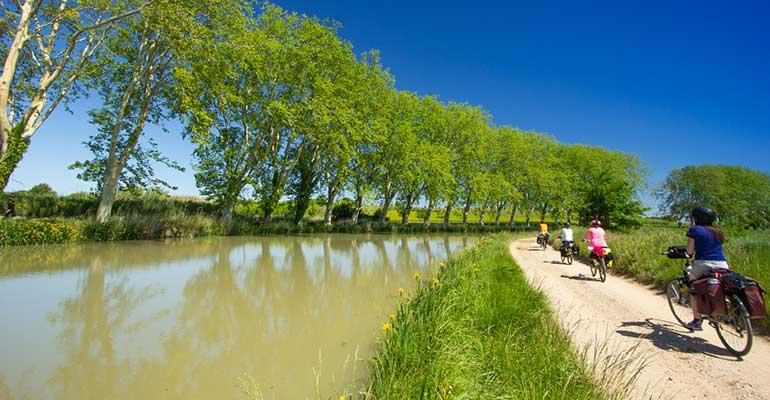 cyclistes sur le Canal du Midi à vélo