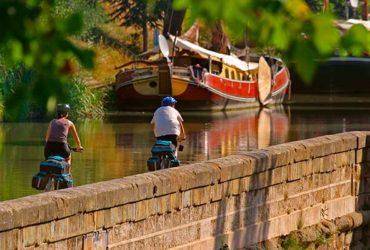 cyclistes sur le Canal du Midi à vélo, péniche
