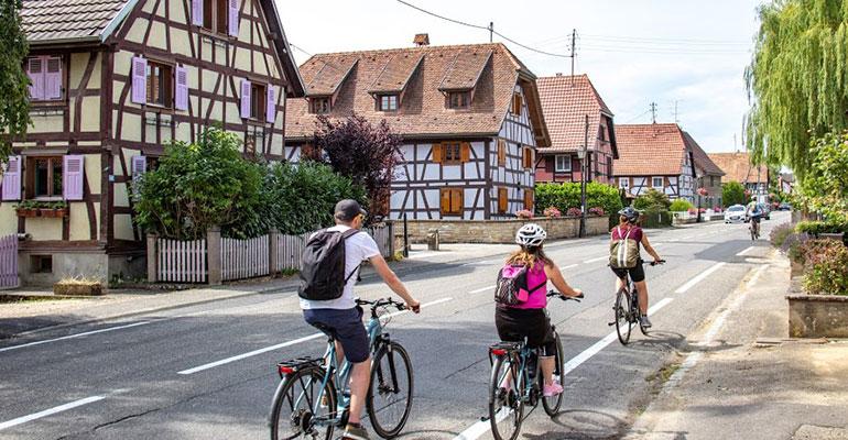 a vélo au coeur d'un village alsacien