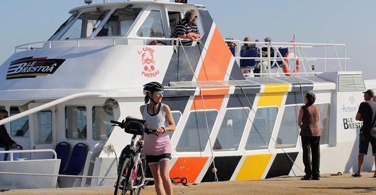 Cycliste descend du bateau le Brestoa