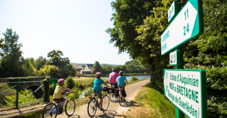famille à vélo sur le canal de nantes à brest