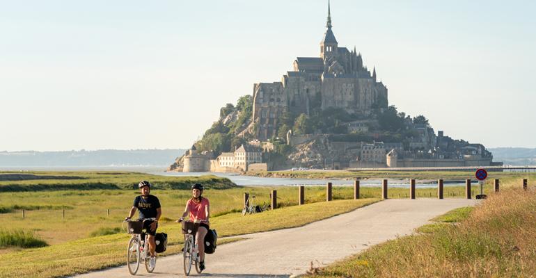 Vue sur le Mont Saint-Michel avec cyclistes