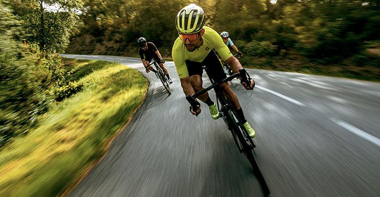 3 cyclistes en pleine descente de col dans le vercors