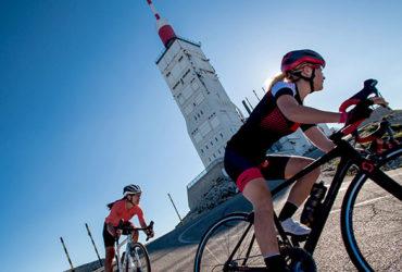 2 femmes à vélo démarre la redescente du Mont Ventoux