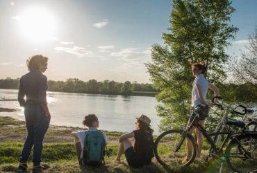 Au soleil couchant à Tours bord de loire à vélo