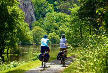 2 cyclistes randonnent sur le canal de nantes à brest falaise
