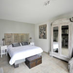 chambre hotel moderne blanche restaurée beau mobilier