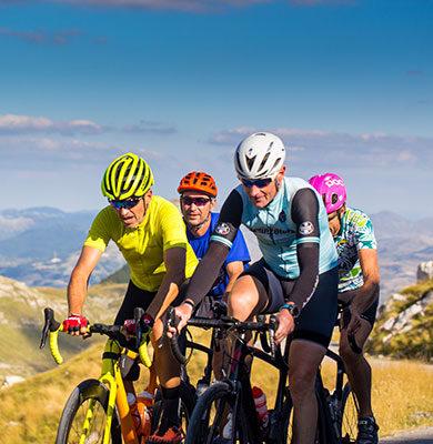 groupe de cyclistes montant un col dans les montagnes