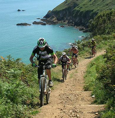 cyclistes à VTT au bord mer bretagne