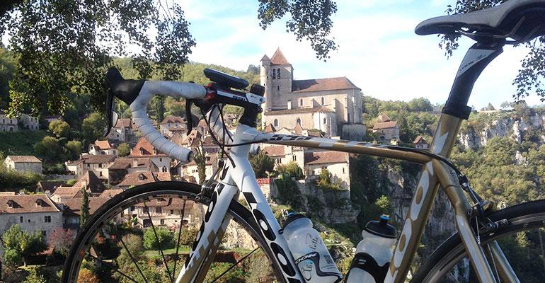 vélo look cycles avec Gps twonav et bidons abicyclette voyages devant saint cirq lapopie