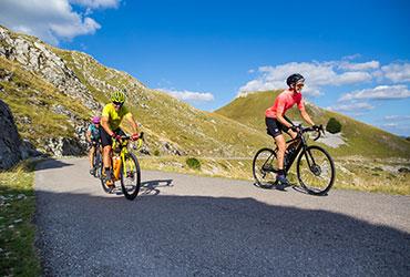 cyclistes grimpant col dans la montagne