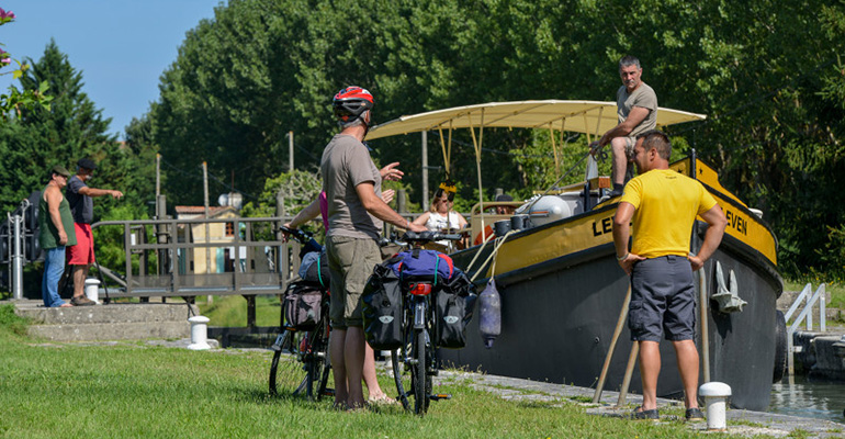 Vélo sur le Canal des 2 Mers péniche hommes qui discutent