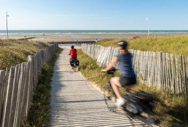 Cyclistes qui se baladent sur la plage de Cabourg